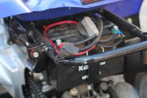 CTEK-installation på fyrhjuling, äldre modell av laddare med den gamla vita kontakten